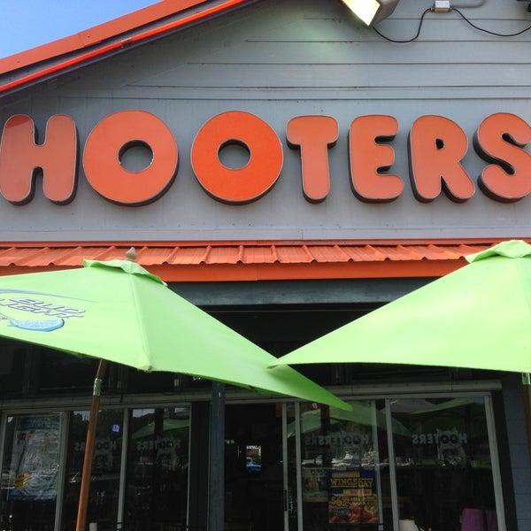 รูปภาพถ่ายที่ Hooters โดย Nezar S. เมื่อ 5/13/2013