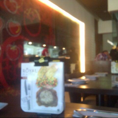 Photo taken at Pizza Hut by Desy Dwi S. on 5/5/2013