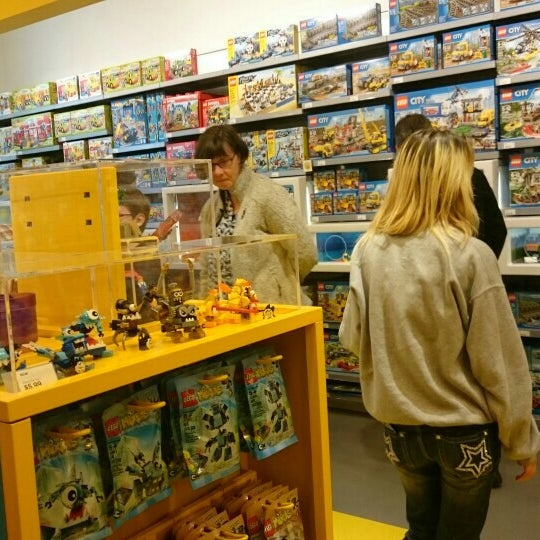 Photo taken at The LEGO Store by Di-Chun S. on 7/16/2015