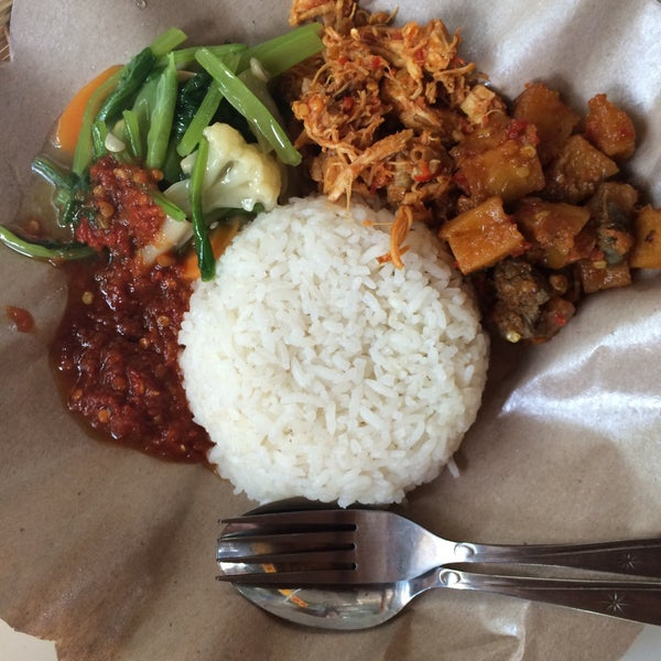 Photo taken at Nasi Pecel Bu Tinuk by dermawan e. on 7/12/2015