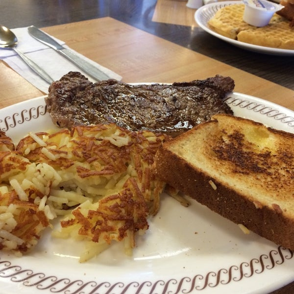 Photo taken at Waffle House by Mingster C. on 10/18/2014