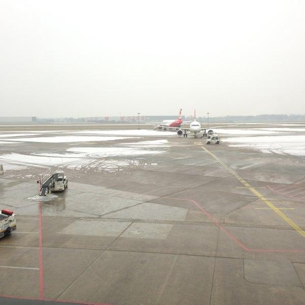 Foto tirada no(a) Lufthansa Senator Lounge por Ahmet K. em 2/15/2013