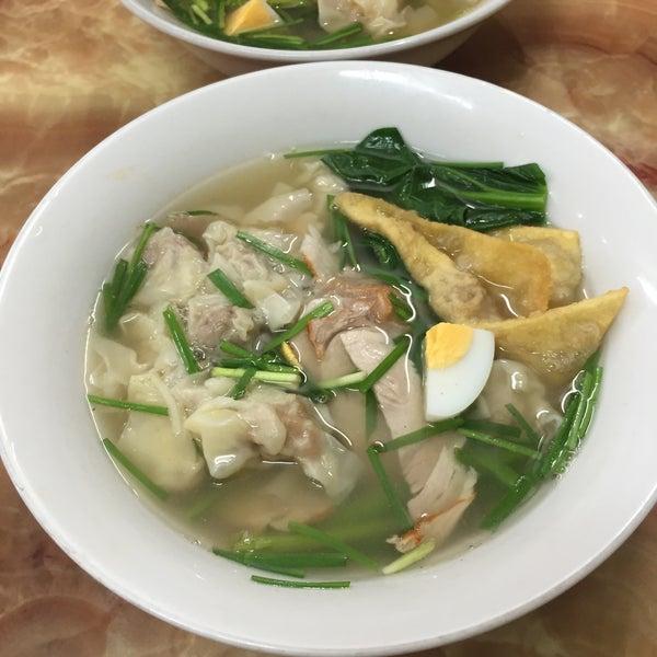 Photo taken at Mì Vằn Thắn Đinh Liệt by Vy C. on 8/16/2015