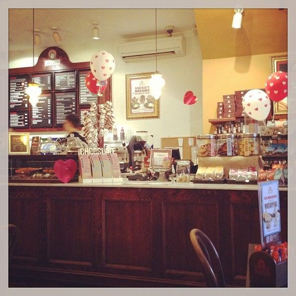 Foto diambil di Chocolateria San Churro oleh Carol V. pada 2/16/2013