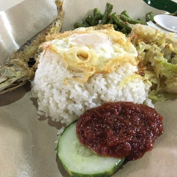 Photo taken at Sin Kee Nasi Lemak by Cheen T. on 7/15/2016
