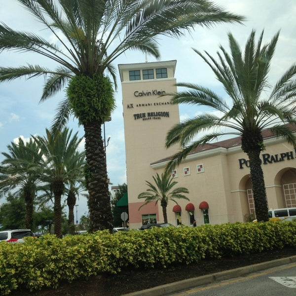 Photo taken at Orlando Vineland Premium Outlets by Diego A. on 7/26/2013