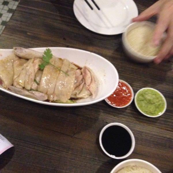 Photo taken at 五星海南鸡饭 | Five Star Hainanese Chicken Rice by Lisa X. L. on 7/11/2014