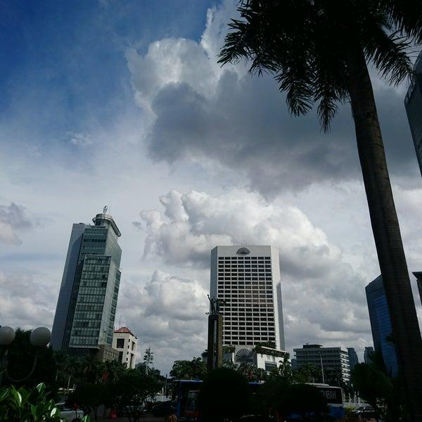 Photo taken at Bundaran Hotel Indonesia (Monumen Selamat Datang) by Spring S. on 2/15/2017