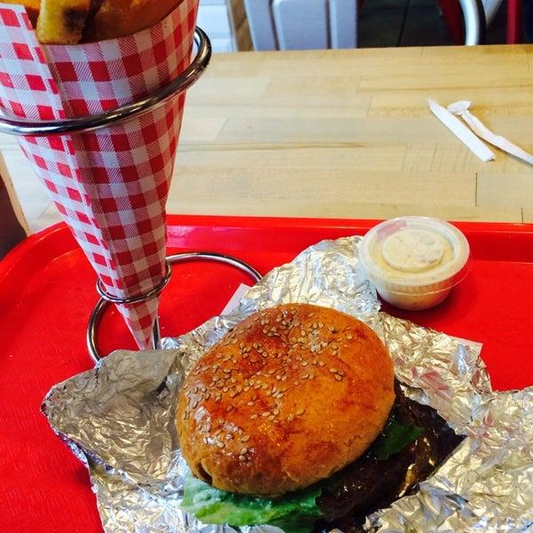 Foto tomada en F. Ottomanelli Burgers and Belgian Fries por Duvan G. el 5/16/2014