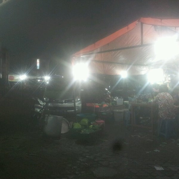 Photo taken at Pasar kaget berastagi by Yudi on 5/25/2013