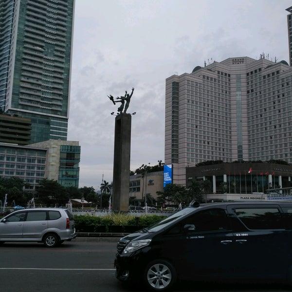Photo taken at Bundaran Hotel Indonesia (Monumen Selamat Datang) by Hans J. on 2/8/2017