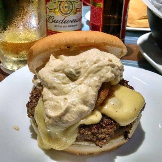 Foto tirada no(a) V8 Burger & Beer por Rafael Ferreira S. em 10/26/2014