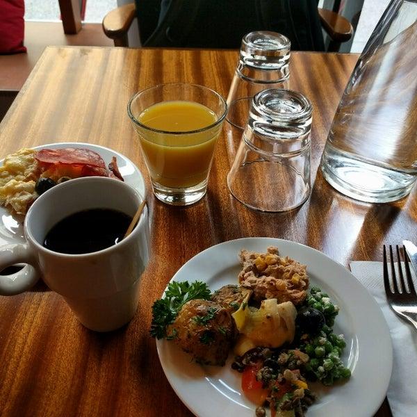 Das Foto wurde bei Deli Café Maya von Vladimir V. am 8/12/2016 aufgenommen