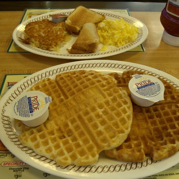 Photo taken at Waffle House by Frank C. on 10/17/2014