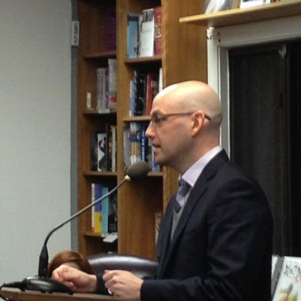 Foto tirada no(a) Politics & Prose Bookstore por Robert K. em 1/17/2013