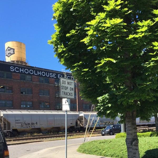 6/25/2016 tarihinde Jane P.ziyaretçi tarafından Schoolhouse Electric & Supply Co.'de çekilen fotoğraf