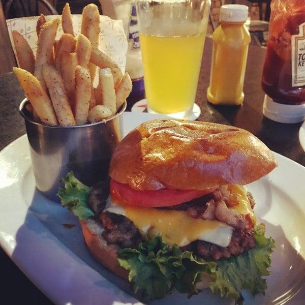 Foto tomada en Duke's Burgers & Beer por David R. el 8/5/2017
