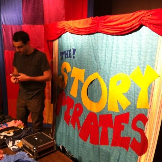 Foto tomada en Drama Book Shop por Jon G. el 9/29/2012