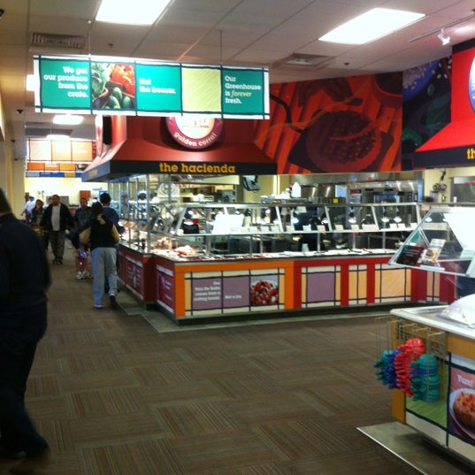 Photo taken at Golden Corral by Hendra W. on 10/28/2012