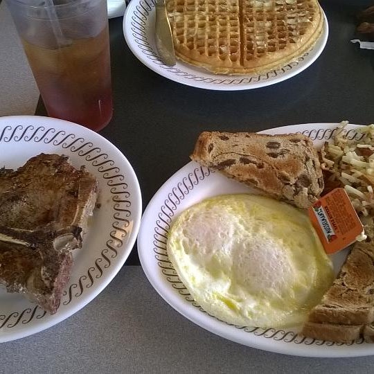 Photo taken at Waffle House by Antonio T. on 8/28/2014