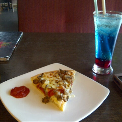 Photo taken at Pizza Hut by Chintia H. on 10/14/2013