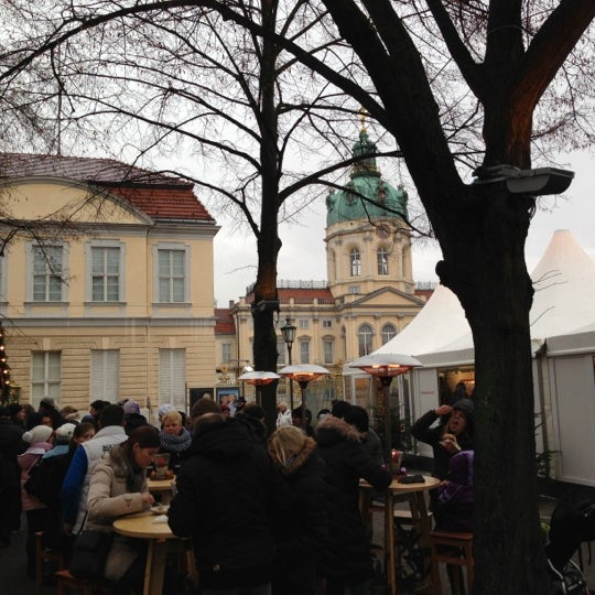 Photo taken at Weihnachtsmarkt vor dem Schloss Charlottenburg by Torsten B. on 12/1/2012