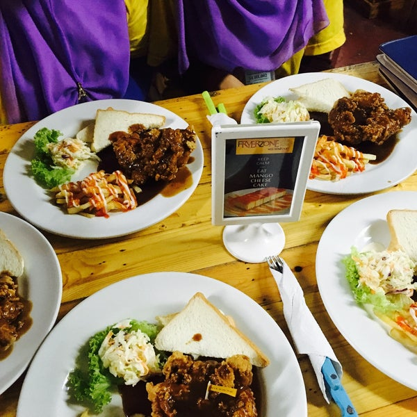 Photo taken at fryerzone western food by Ainaa Razmi on 9/8/2016
