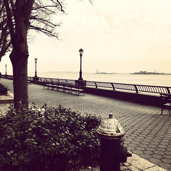 Foto tirada no(a) Battery Park City Esplanade por Murilo N. em 1/16/2016