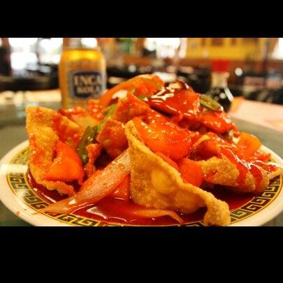 Photo taken at Chifa Du Kang Chinese Peruvian Restaurant by Anson Tou on 10/31/2012