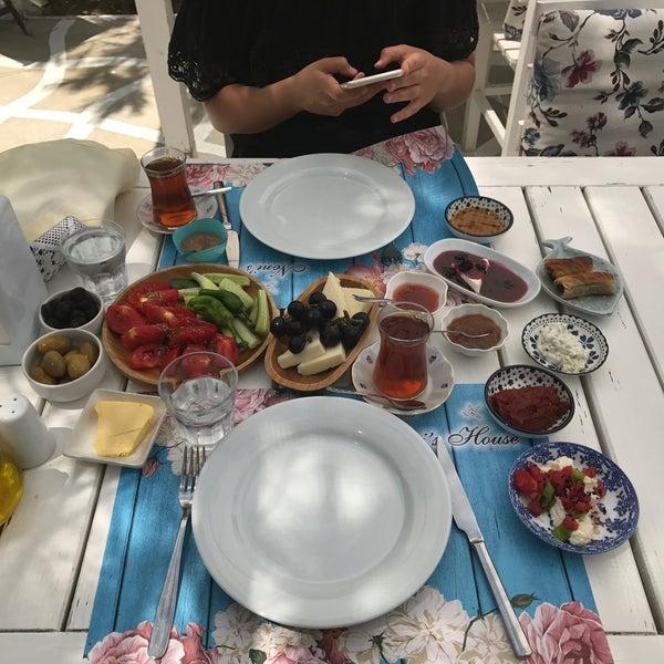 Kesinlikle kahvaltının yanında menemenini yemelisiniz annenizin elinden çıkmış gibi doğal.. 😋