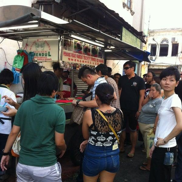 Photo taken at Penang Road Famous Teochew Chendul (Tan) by Stefanie C. on 1/27/2013