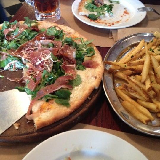 Foto tomada en Central de Pizzas por Sandra C. el 12/2/2012