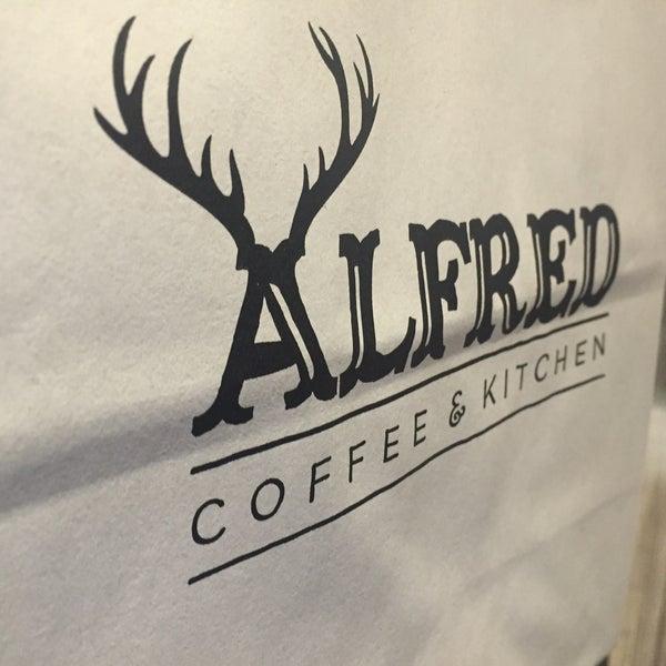 Photo prise au Alfred Coffee & Kitchen par ✨Mikhai T. le7/4/2015