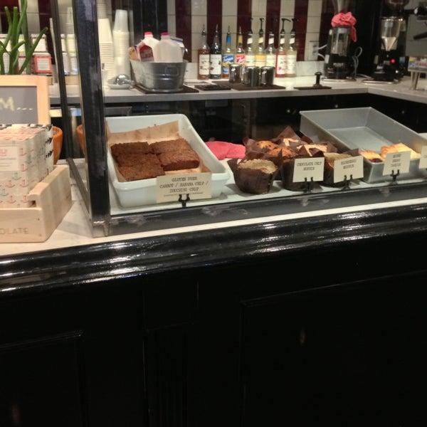 Photo prise au Alfred Coffee & Kitchen par ✨Mikhai T. le3/31/2013