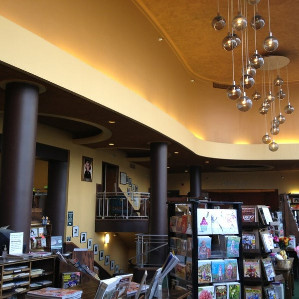 รูปภาพถ่ายที่ Tattered Cover Bookstore โดย Omar F. เมื่อ 8/3/2013