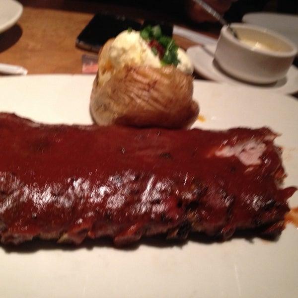 Foto tirada no(a) Outback Steakhouse por Karina R. em 10/23/2014