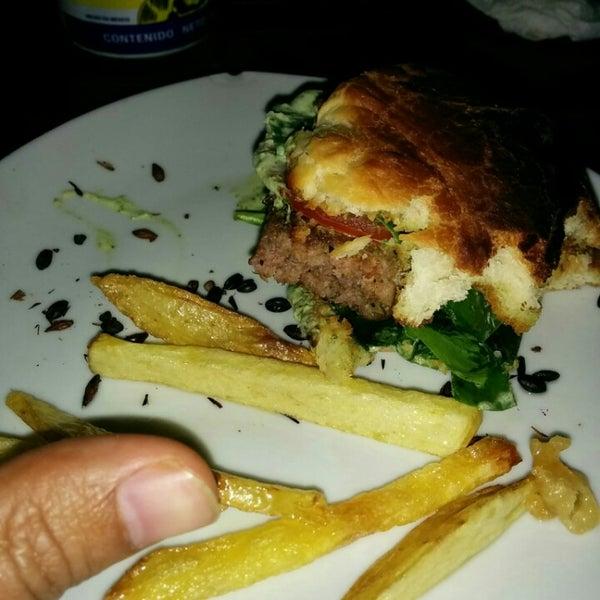 Nunca se les ocurra pedir una hamburguesa, es una miniatura y no tiene sabor
