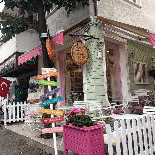 6/24/2018 tarihinde Saraziyaretçi tarafından Büyükada Şekercisi Candy Island Cafe Patisserie'de çekilen fotoğraf
