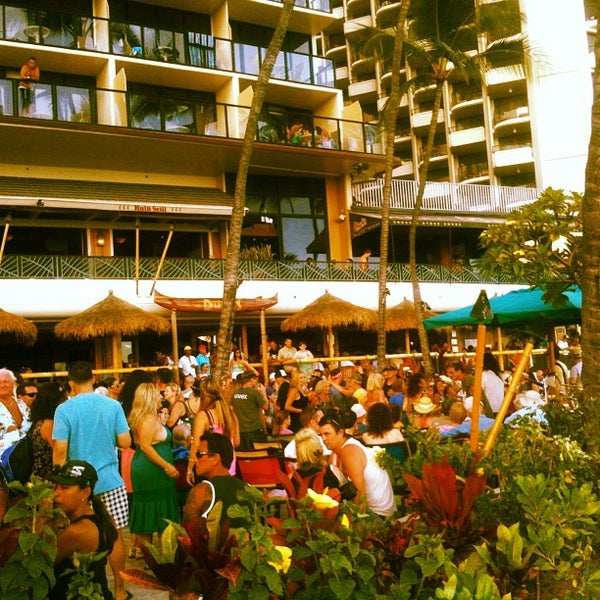 Photo taken at Duke's Waikiki by Kimo on 5/27/2013