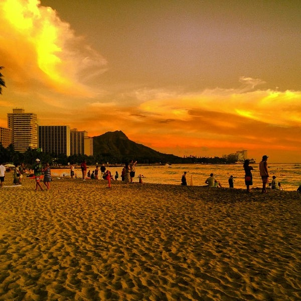 Photo taken at Duke's Waikiki by Kimo on 10/4/2014