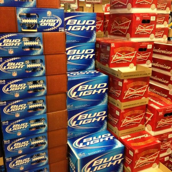 รูปภาพถ่ายที่ Binny's Beverage Depot โดย Charlie F. เมื่อ 1/5/2013