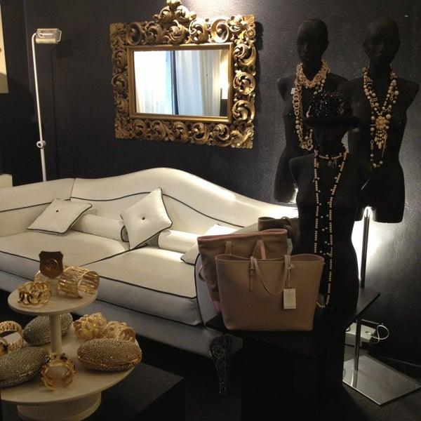 รูปภาพถ่ายที่ Bozart Showroom โดย Alessandra L. เมื่อ 4/9/2013
