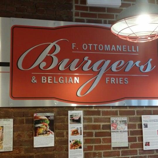 Foto tomada en F. Ottomanelli Burgers and Belgian Fries por Raul A. el 4/25/2014
