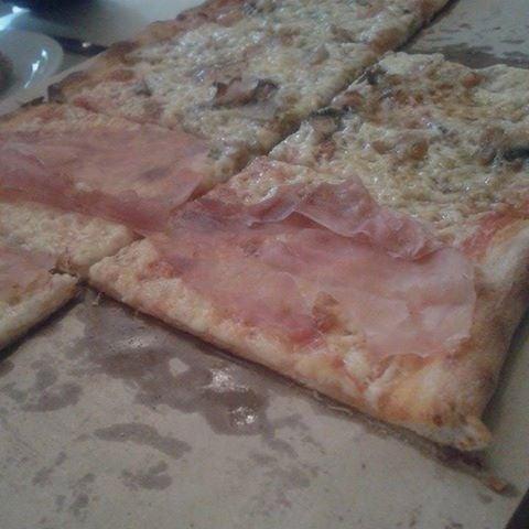 Πολυ νοστιμη πιτσα, με πρωτοτυπες επιλογες. Πολυ νοστιμη η ζυμη. Μπορεις να παραγγειλεις μιση μιση πιτσα, αρκετη για δυο ατομα και ανταξια της τιμης της.