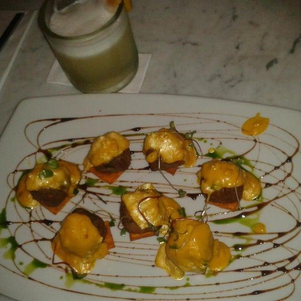 Los daditos de morcilla de pollo en salsa de huancaína son una delicia!!!! pero muy poquitooooo.... jajajajaaja... y acompañado de un pisco sour de durazno... ufffffff... simplemente infartante... :D