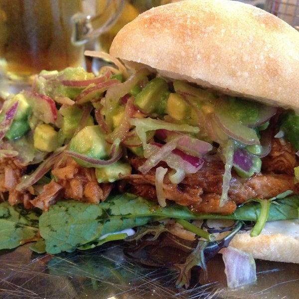Foto tomada en La Maestranza Sandwich & Burger Bar por Roberto C. el 5/18/2016