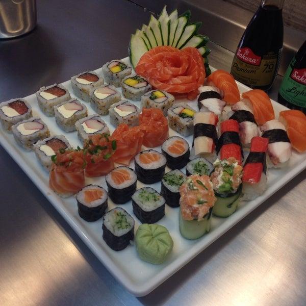 Foto tirada no(a) Ikiru Sushi por Julia Q. em 3/17/2014