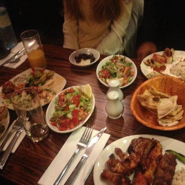 Photo prise au Makara Charcoal Grill & Meze par Katerina D. le7/29/2013