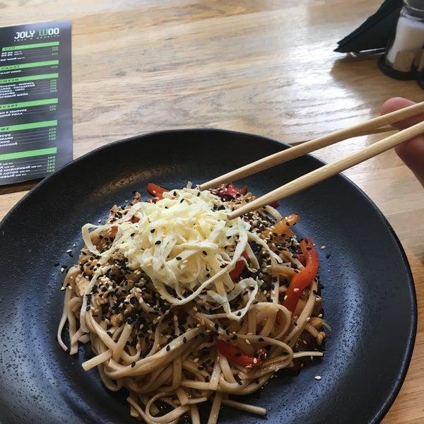 Снимок сделан в Joly Woo Стрит-фуд кафе вьетнамской кухни пользователем Nikita ⭐️ K. 10/19/2017