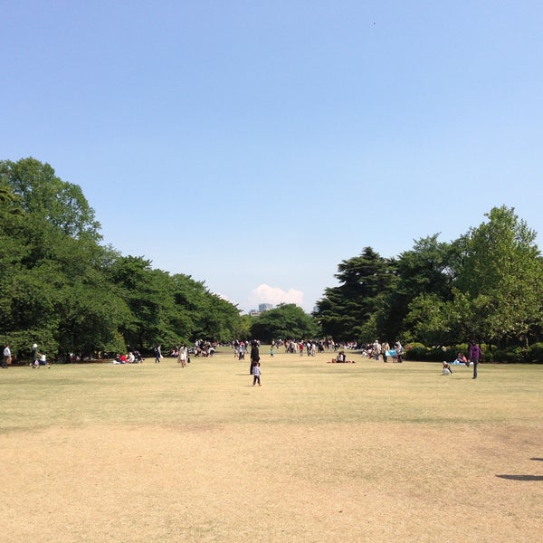Photo taken at Shinjuku Gyoen by Kaoru T. on 5/4/2013